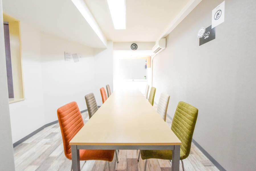 【新宿駅出口30秒】デザイナーズスペース 大きな机の正方形レイアウト